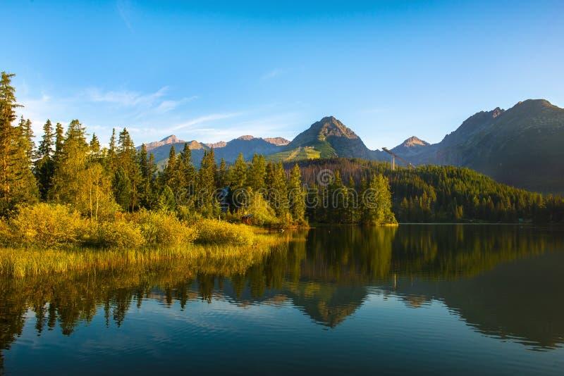 Lago Strbske Pleso, Tatras alto, Eslováquia foto de stock royalty free