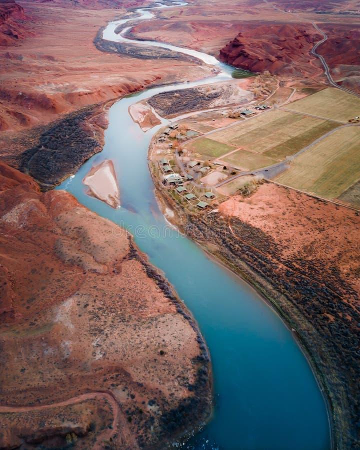 Lago stretto nel colpo di Grand Canyon da sopra immagine stock