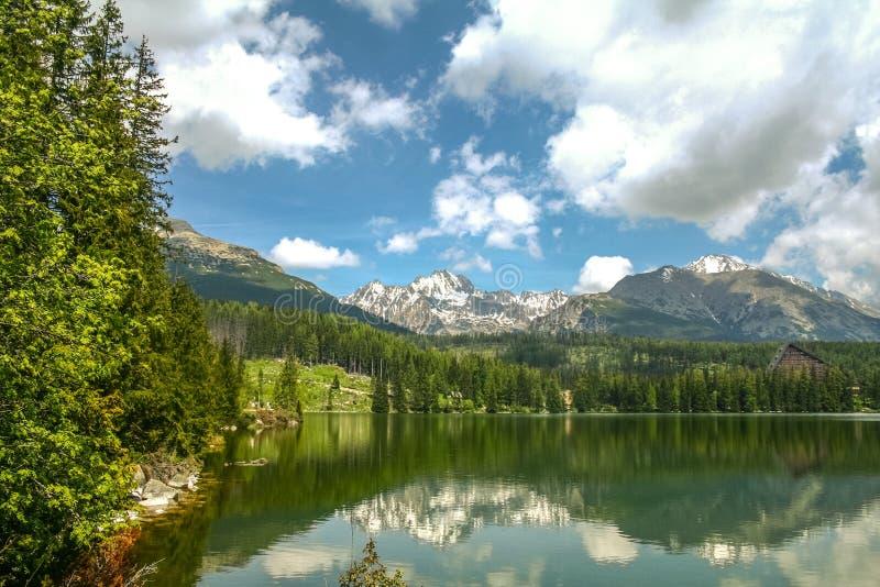 Lago Strsbke Pleso, en las montañas de Tatra, en Eslovaquia, en verano foto de archivo