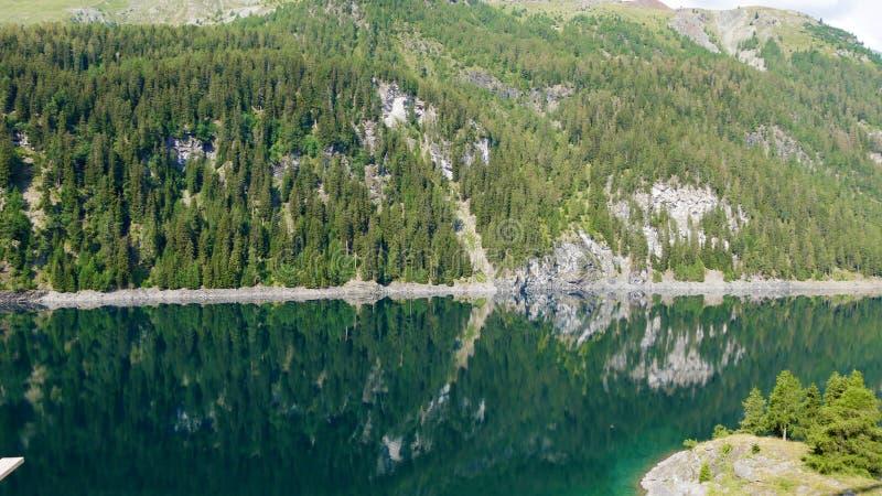 lago suíço azul profundo do cume foto de stock