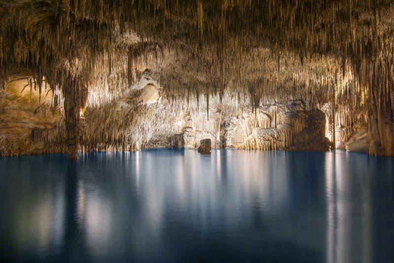 Lago subterrâneo na caverna Cuevas del Drach do dragão, Porto Cristo, Mallorca, Espanha imagens de stock