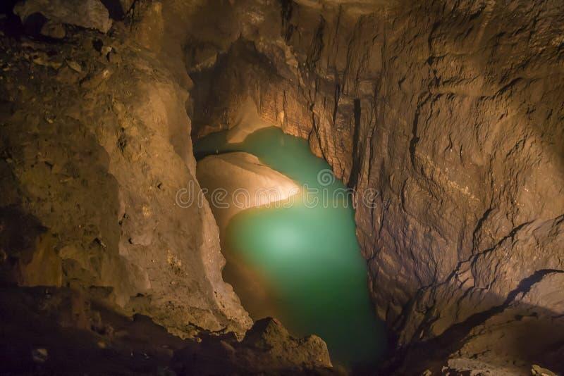 Lago subterrâneo na caverna nova de Athos imagem de stock