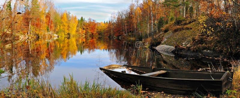 Lago sueco autumn's imagen de archivo libre de regalías