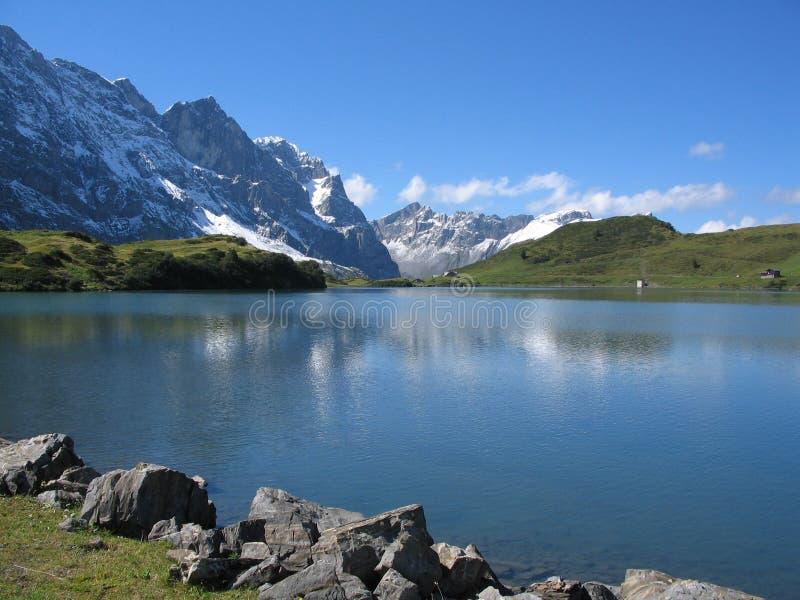 Lago suizo de la montaña de Trüebsee foto de archivo