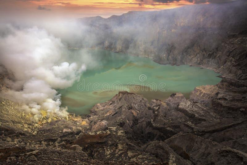 Lago Sulphatic em uma cratera do vulcão Ijen imagem de stock