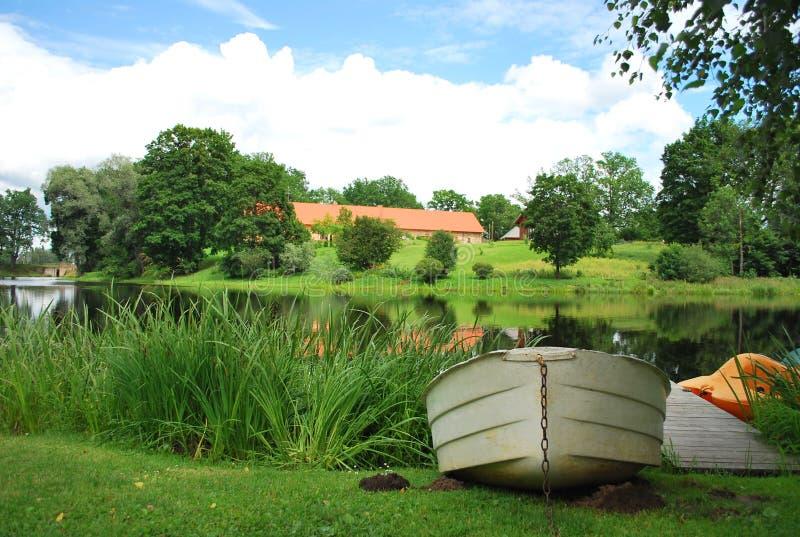 Lago summer en Letonia con el barco fotos de archivo