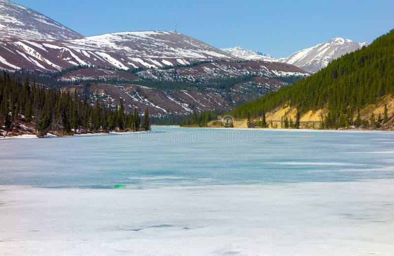 Lago summit que derrite en la sol temprana de la primavera imagenes de archivo