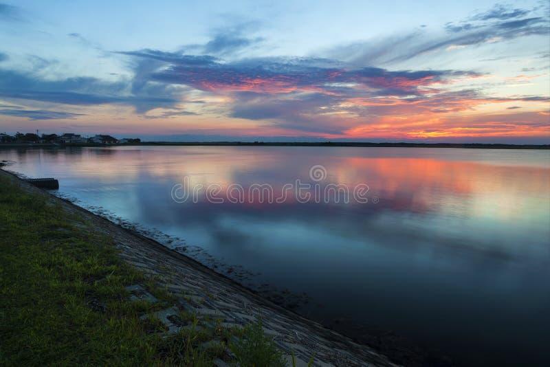 Lago sunset al tramonto nella cresta New Jersey di foresta vergine fotografia stock