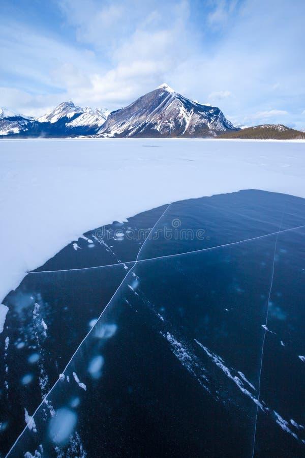 Lago superior congelado Kananaskis en Peter Lougheed Provincial Park imagen de archivo libre de regalías