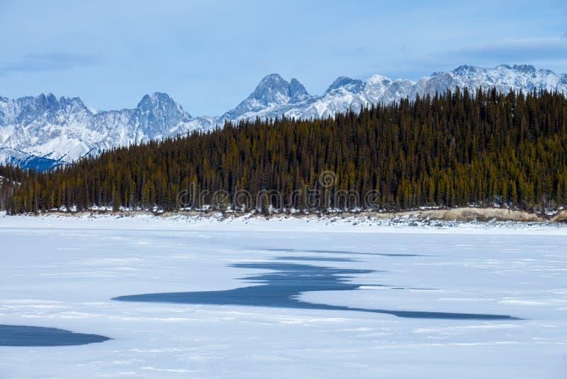 Lago superiore congelato Kananaskis in Peter Lougheed Provincial Park immagini stock libere da diritti