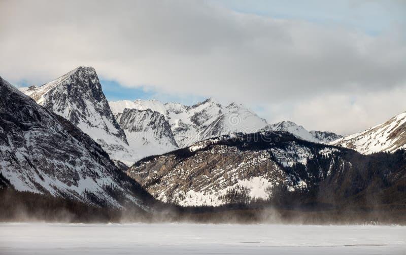 Lago superiore congelato Kananaskis in Peter Lougheed Provincial Park fotografia stock libera da diritti