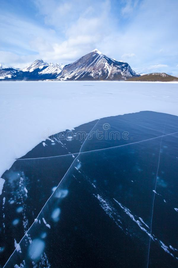 Lago superiore congelato Kananaskis in Peter Lougheed Provincial Park immagine stock libera da diritti
