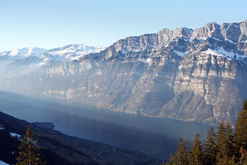 Download Lago Svizzero Delle Montagne Immagine Stock - Immagine di inverno, sera: 7301789