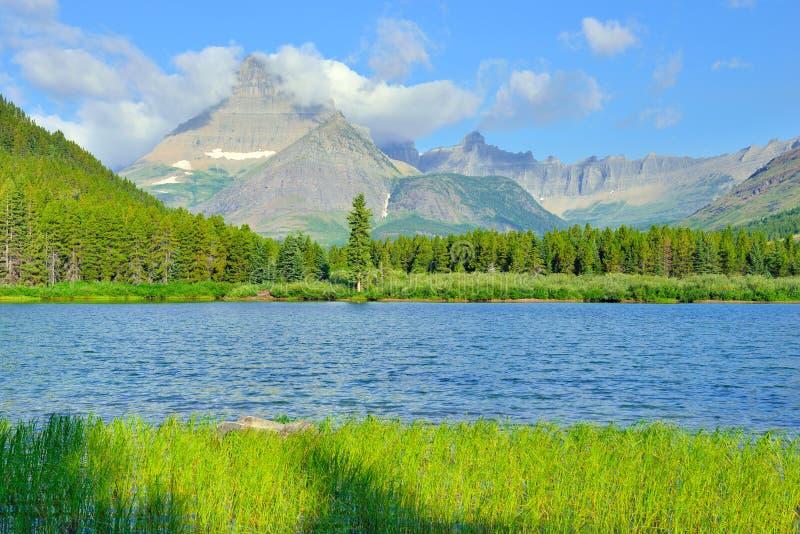 Lago Swiftcurrent en el alto paisaje alpino en el rastro del glaciar de Grinnell, Parque Nacional Glacier, Montana fotos de archivo