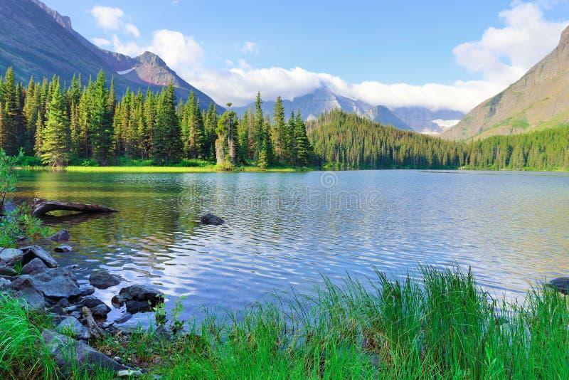 Lago Swiftcurrent na paisagem alpina alta na fuga da geleira de Grinnell, parque nacional de geleira, Montana fotos de stock