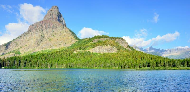 Lago Swiftcurrent na paisagem alpina alta na fuga da geleira de Grinnell, parque nacional de geleira, Montana foto de stock