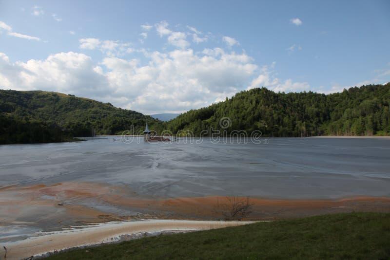 Lago tóxico abandonado do derramamento da igreja fotos de stock royalty free