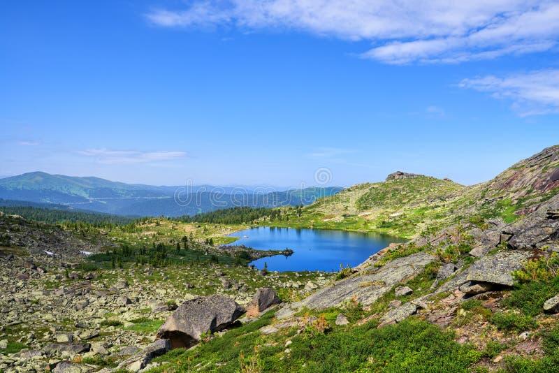 Lago tallado del origen glacial en Sayan occidental fotos de archivo libres de regalías