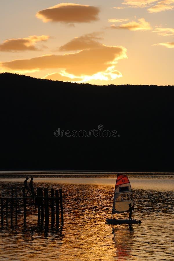 Lago Te Anau sunset con el pequeños yate y embarcadero foto de archivo