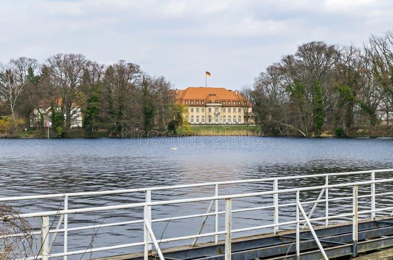 Lago Tegel con la villa Reiherwerder, la pensione straniera federale di Borsig di Minister's a Berlino, Germania fotografia stock libera da diritti
