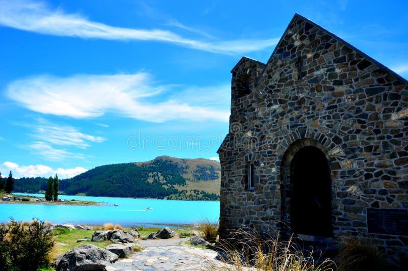 Lago Tekapo y la iglesia de buen Shepard. foto de archivo