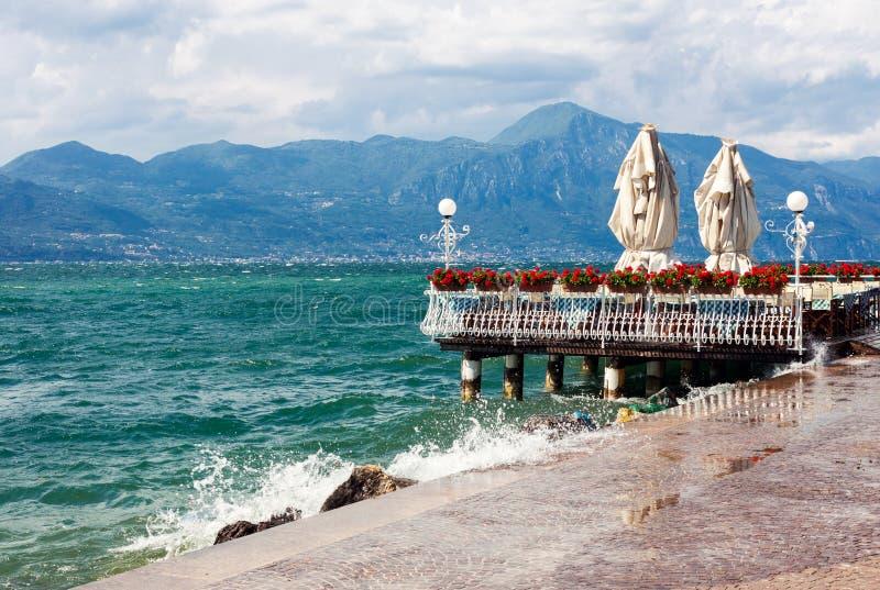 Lago tempestoso garda in Italia fotografie stock libere da diritti