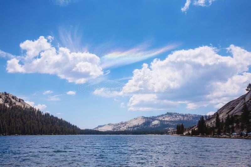 Lago Tenaya con i fenomeni ottici in cielo immagine stock