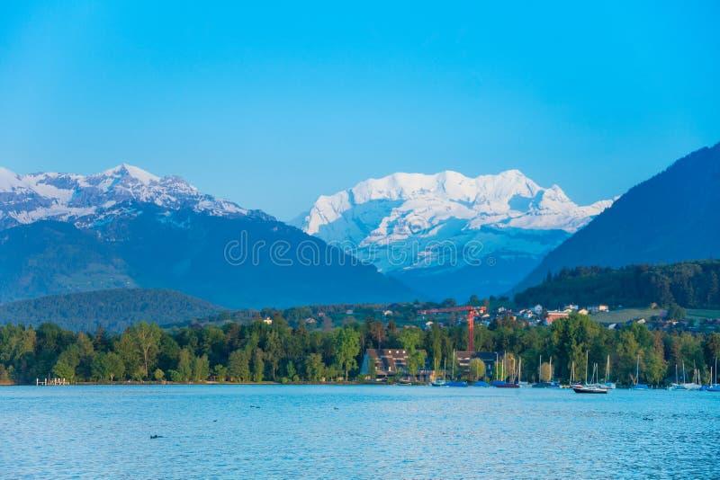 Lago Thun e cappucci della neve delle alpi immagine stock libera da diritti