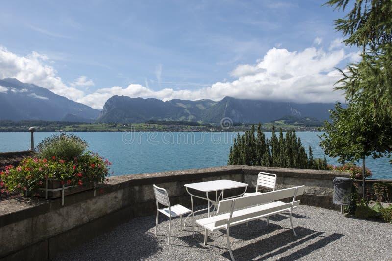 Lago Thun visto dal castello di Oberhofen, Svizzera fotografia stock