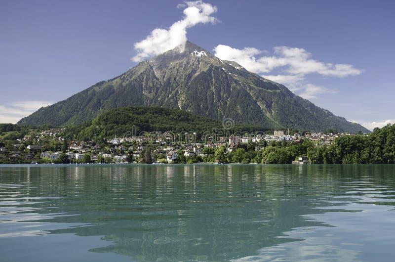 Lago Thun y montaje Niesen, Suiza foto de archivo