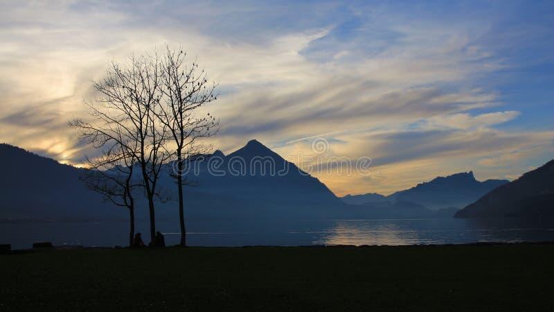 Lago Thun y Mt Niesen en la puesta del sol foto de archivo libre de regalías