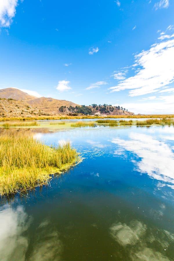 Lago Titicaca, Ámérica do Sul, situada na beira do Peru e Bolívia. Senta 3.812 m acima do nível do mar imagens de stock