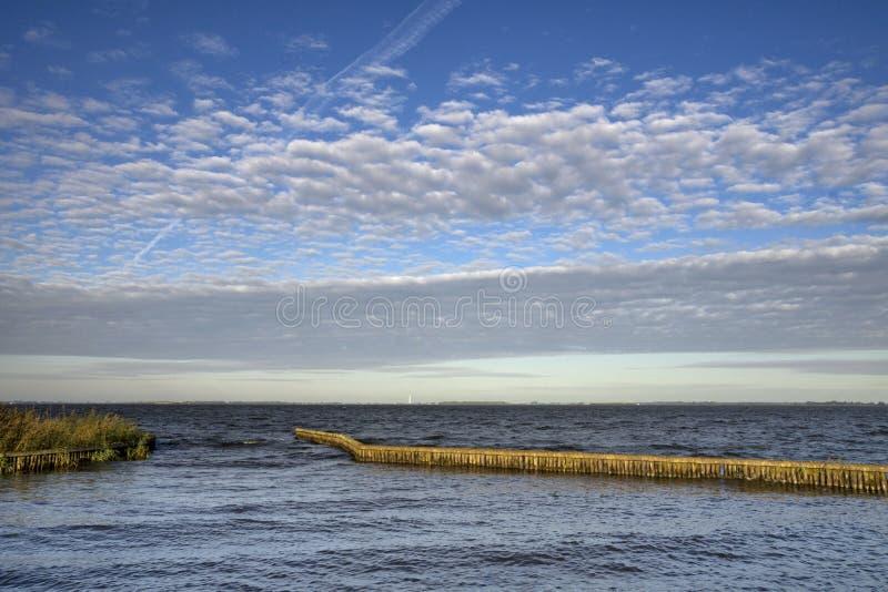 Lago Tjeukemeer em Friesland imagem de stock