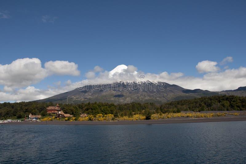 Lago Todos los Santos met sneeuwvulkaan stock afbeelding