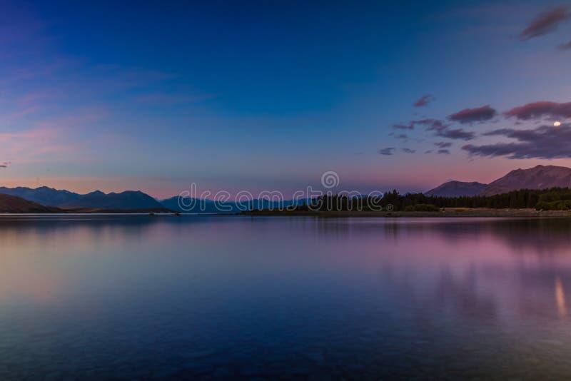 Lago tranquillo nel tempo di alba fotografie stock