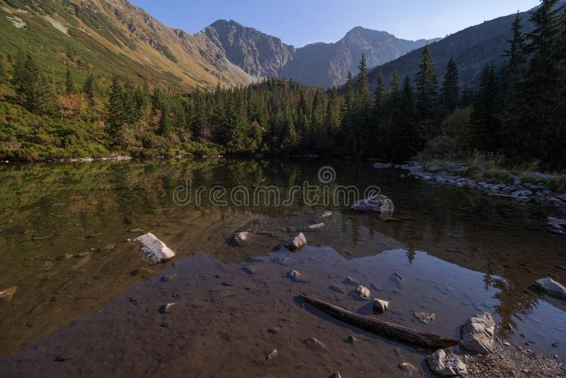 Lago tranquilo hermoso en monta?as foto de archivo libre de regalías
