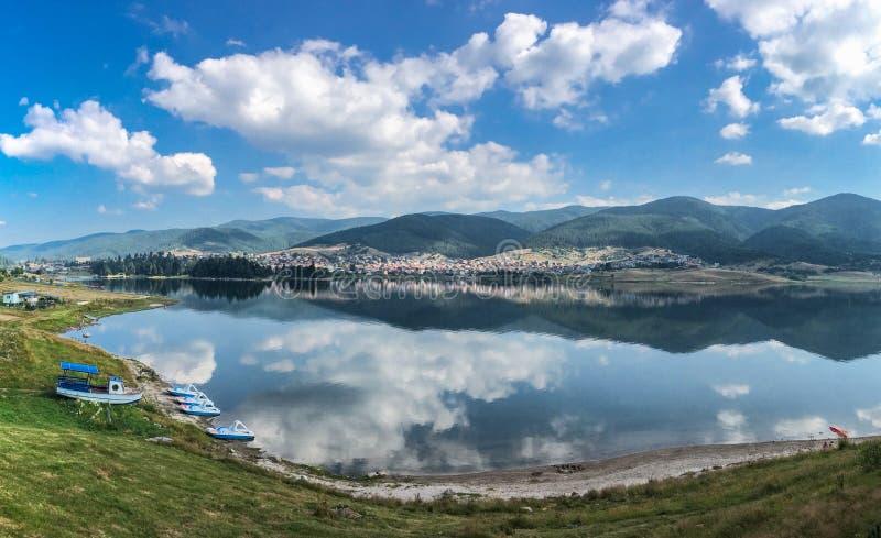 Lago tranquilo que reflete as nuvens e o céu azul fotos de stock royalty free