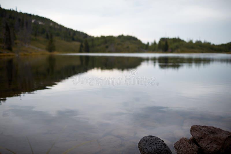 Lago tranquilo reservado en un día cubierto melancólico foto de archivo libre de regalías