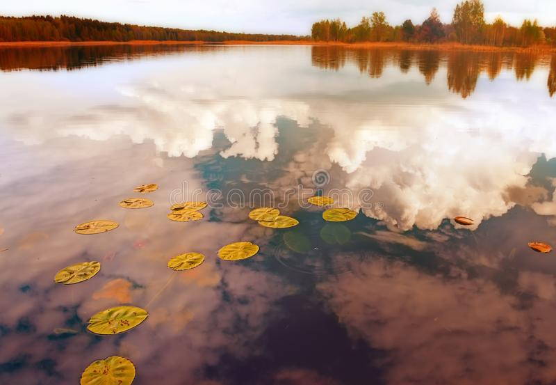 Lago tranquilo rodeado por la reflexión del bosque del otoño de las nubes de trueno en el agua fotografía de archivo libre de regalías