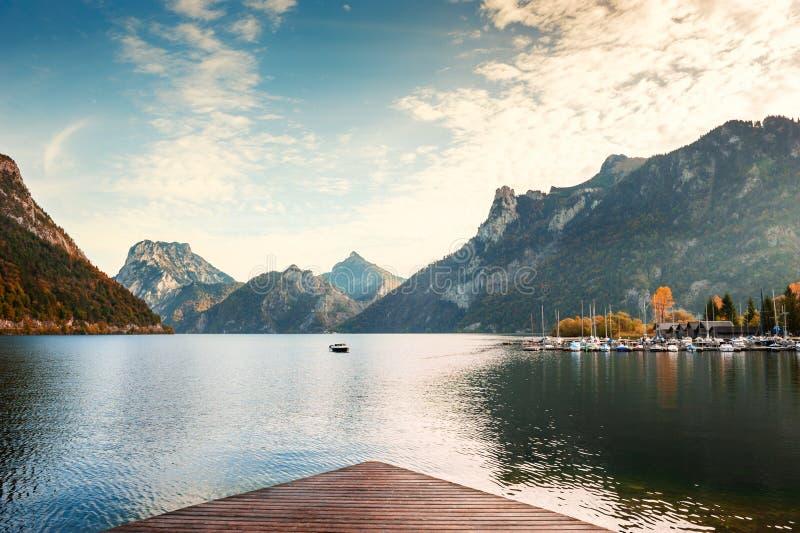 Lago Traunés en las montañas de los Alpes al amanecer, Austria imagenes de archivo