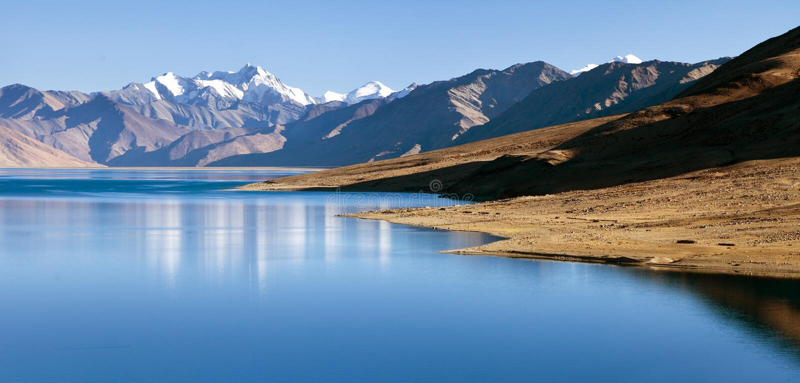 Lago Tso Moriri com grande escala Himalaia, vale de Rupshu imagem de stock royalty free
