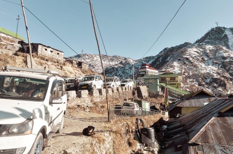 Lago Tsomgo, Gangtok, Índia 2 de janeiro de 2019: Os carros do turista alinharam perto da construção da maneira da corda Um ropew fotos de stock royalty free