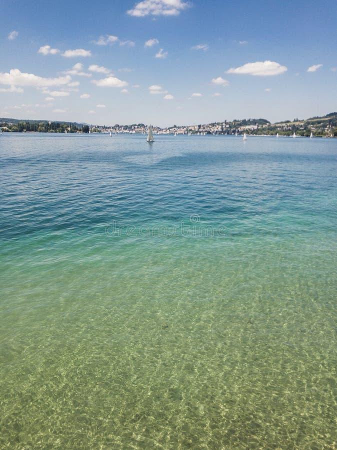 Lago turquoise en verano fotos de archivo