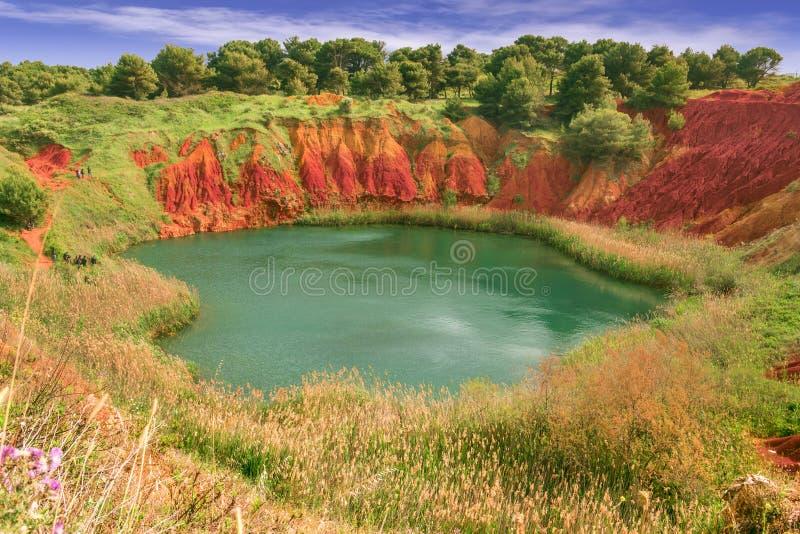 Lago in una vecchia cava di bauxite in Puglia, Otranto, Italia Si è così creato un piccolo ecosistema lacustre, che è un esame si immagini stock