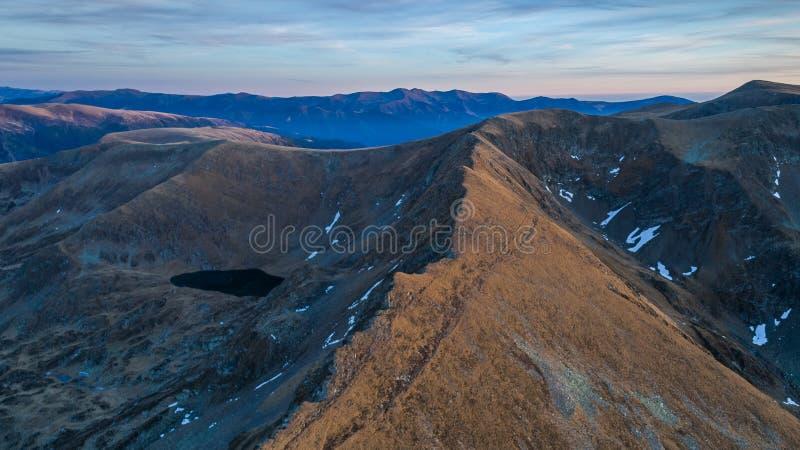 Lago Urlea em montanhas de Fagaras foto de stock