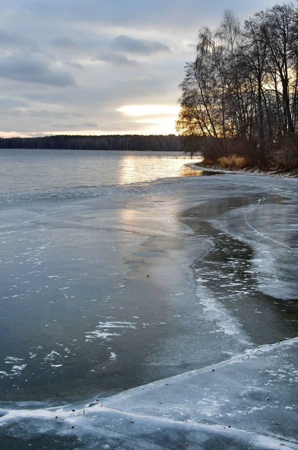 Lago Uvildy em novembro no por do sol no outono atrasado, Ural do sul, Rússia fotografia de stock