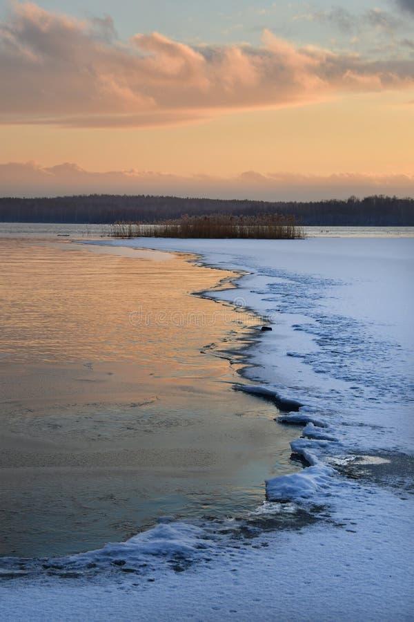 Lago Uvildy em novembro no por do sol no outono atrasado, Ural do sul, Rusia imagem de stock royalty free