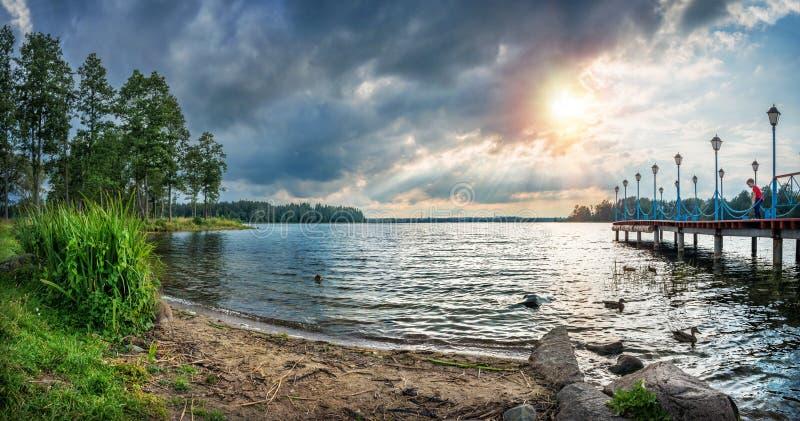 Lago Valdai nos raios do ajuste do sol fotos de stock royalty free