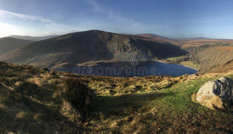 Lago in valle della montagna fotografia stock libera da diritti