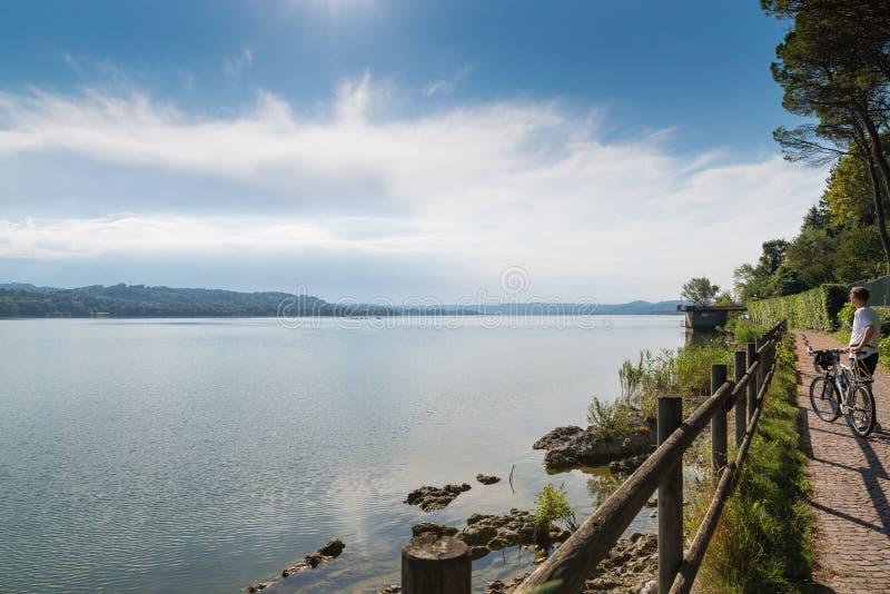 Lago Varese, paisagem do verão, Itália Lago, ciclista e ciclo - trilha pedestre que corre ao longo do lago fotos de stock royalty free